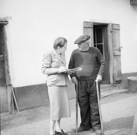 Claudie Marcel-Dubois recueille un témoignage