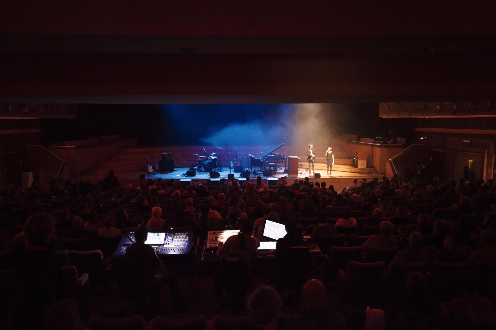 Salle comble à Flagey pour Lizz Wright. Crédit photo : Julien Hayard.