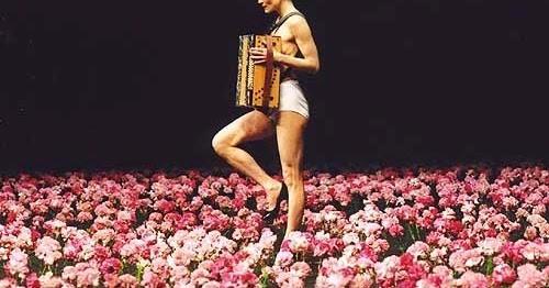 """""""Nelken"""" (en français : les Œillets), ballet de danse contemporaine de la chorégraphe allemande Pina Bausch (1982)."""